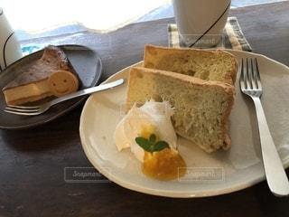 テーブルの上にケーキを一切れ置いた食べ物の皿の写真・画像素材[2734651]