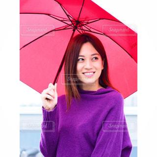 ピンクの傘を持った女性の写真・画像素材[844138]