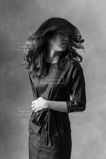 黒のドレスを着ている人の写真・画像素材[1270143]