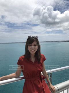 水の体の前で立っている女性の写真・画像素材[1270150]
