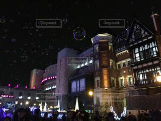 夜のライトアップされた街の写真・画像素材[1638676]