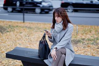 ベンチに座っている女性の写真・画像素材[2884658]