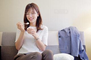 ソファに座っている女性の写真・画像素材[2884663]