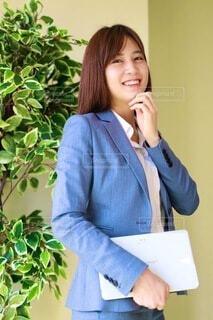 携帯電話で話している女性の写真・画像素材[3817224]