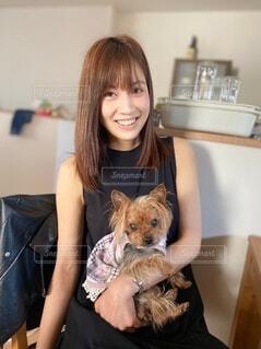 犬を抱いている女性の写真・画像素材[4639764]