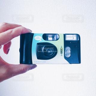 カメラを持っている手の写真・画像素材[946296]