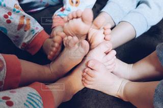 赤ん坊を抱える女性の写真・画像素材[1126199]