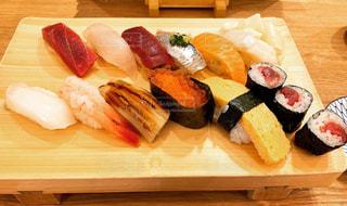 木製のテーブルの上に食べ物の皿の写真・画像素材[2946045]