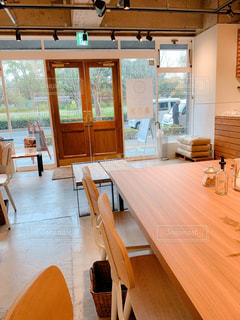 木製の床の前にある食堂のテーブルの写真・画像素材[2946053]