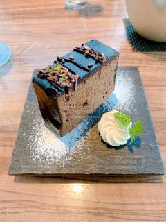 木製のテーブルの上に座っているケーキの写真・画像素材[2946082]