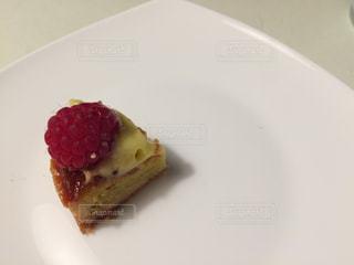 皿の上のケーキの一部の写真・画像素材[846710]