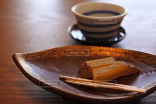 テーブルの上のお茶菓子とお茶碗の写真・画像素材[1158729]