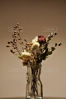 テーブルの上のドライフラワーの写真・画像素材[1511039]