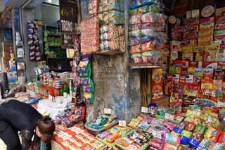 ベトナムのスナック菓子を売っているショップの写真・画像素材[1655859]