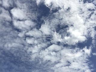 空には雲のグループの写真・画像素材[712373]