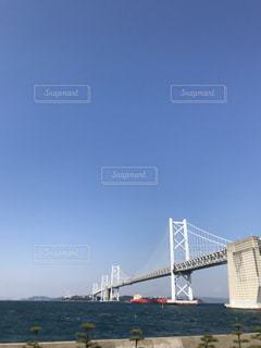 水の体の上の橋の写真・画像素材[1139613]