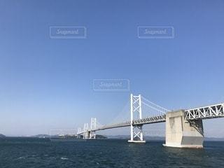水の体の上の大きな橋の写真・画像素材[1139615]