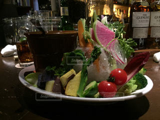 テーブルの上に食べ物のボウルの写真・画像素材[819309]