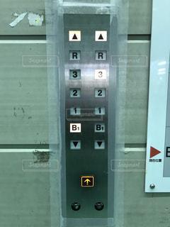 建物の側面にある記号の写真・画像素材[822059]