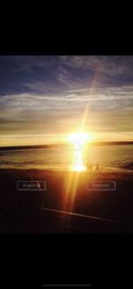 夕暮れの海辺に佇むの写真・画像素材[1090556]