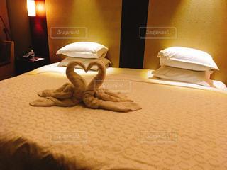 部屋に座っている大きな白いベッドの写真・画像素材[753533]