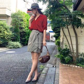 歩道に立っている人の写真・画像素材[777964]