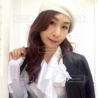 白いシャツを着ている女性の写真・画像素材[892020]