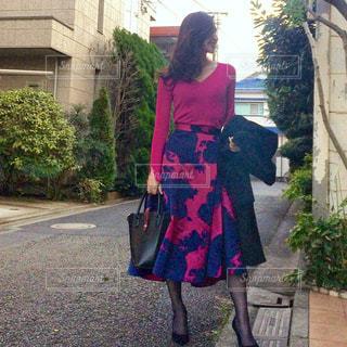 建物の前に立っている女性の写真・画像素材[922873]