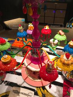 誕生日ケーキを持つテーブル - No.1027130