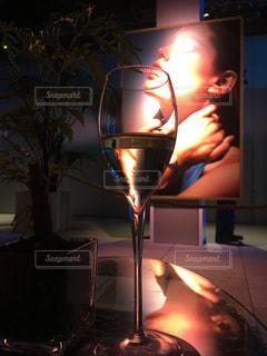 火の上に座っているグラスワインの写真・画像素材[1215895]