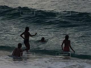 海で遊ぶ夕方のJKたちの写真・画像素材[1073360]