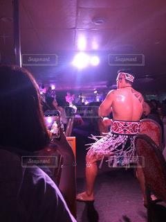 ステージに座っている人々 のグループの写真・画像素材[1073363]