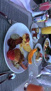 テーブルの上に食べ物のプレートの写真・画像素材[1073364]