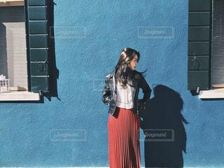 建物の前に立っている人の写真・画像素材[1525316]