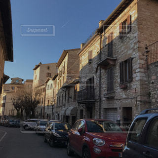 街の通りに駐車の写真・画像素材[2084870]