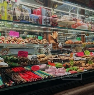 いろいろな種類の食べ物でいっぱいの店の写真・画像素材[2683645]