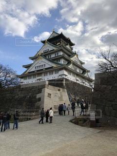 石造りの建物の前を歩いて人々 のグループの写真・画像素材[1001483]