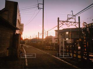 夕焼けの線路沿いの写真・画像素材[926167]