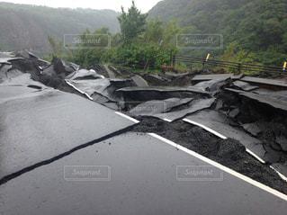 熊本地震で割れた阿蘇の道路の写真・画像素材[961702]