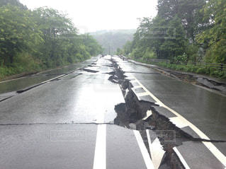 熊本地震で割れた阿蘇の道路の写真・画像素材[961703]