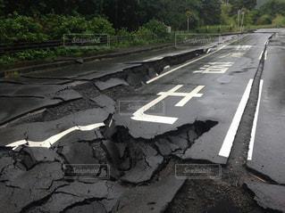 熊本地震で割れた阿蘇の道路の写真・画像素材[961704]