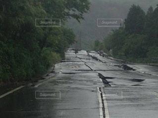 熊本地震で割れた阿蘇の道路の写真・画像素材[961705]