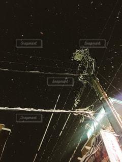 雪の積もった電柱の写真・画像素材[982999]