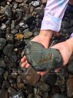 岩の壁を持っている手の写真・画像素材[1619158]