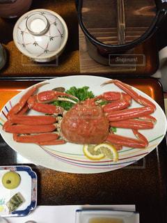 テーブルの上に食べ物のプレートの写真・画像素材[1642300]