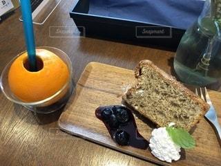 木製のテーブルの上に置くシフォンケーキの写真・画像素材[2447658]