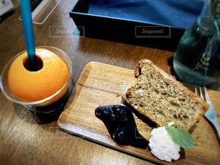 木製のテーブルの上に置かれたケーキの写真・画像素材[2447660]