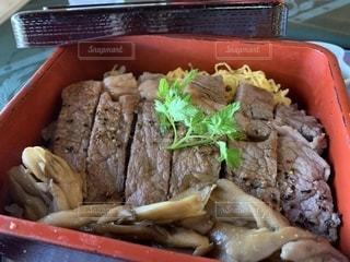 肉と野菜の入ったプラスチック容器の写真・画像素材[1509797]