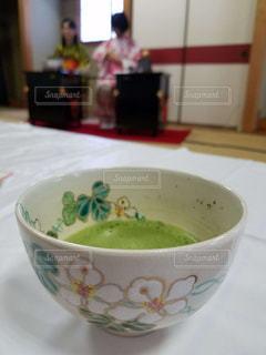 テーブルにあるスープのボウルの写真・画像素材[1514594]