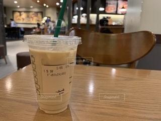 テーブルの上のコーヒー カップの写真・画像素材[1515760]